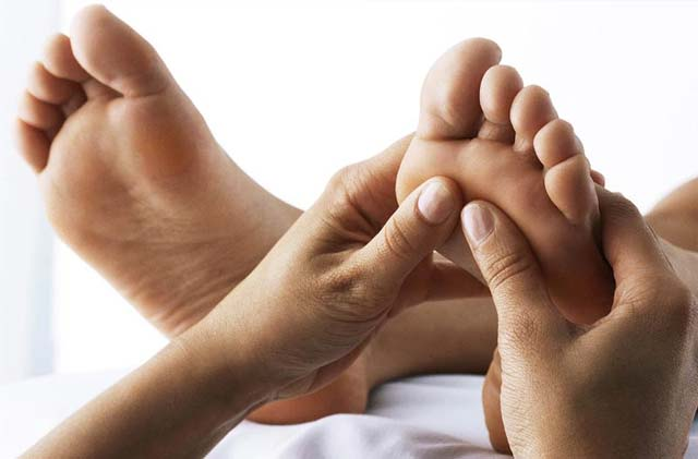 Reflexología: aplicación de presión a los puntos estimulante sobre los pies