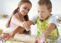 cocina con sus hijos
