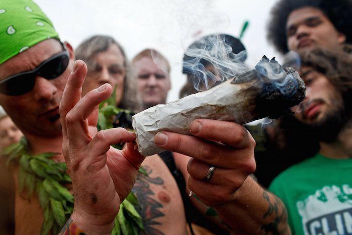 Fumar marihuana afecta negativamente a alguien