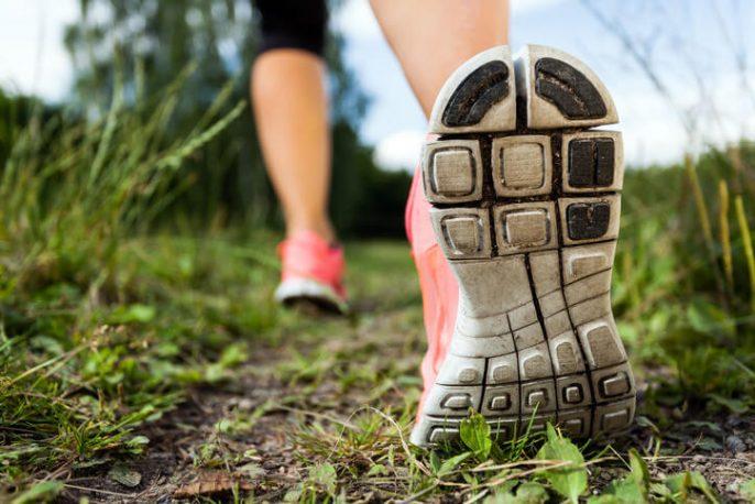 Caminar ofrece una manera fácil de ponerse en forma y ser saludable