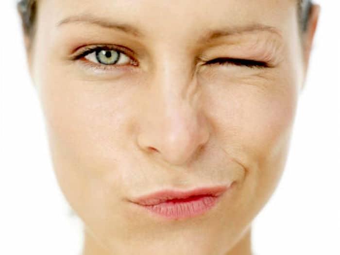 Bodimo pošteni: Se lahko naučite nadzorovati obraza tiki?