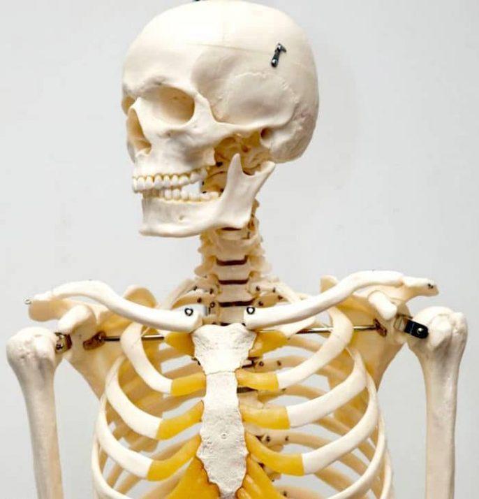 Dolor debajo de las costillas y dificultades respiratorias son a la vez fuertemente asociado con Costocondritis