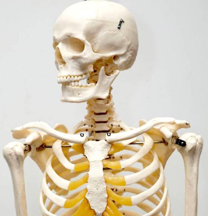 पसलियों के नीचे दर्द और कठिनाइयों श्वास दोनों मजबूती से Costochondritis के साथ जुड़े रहे हैं