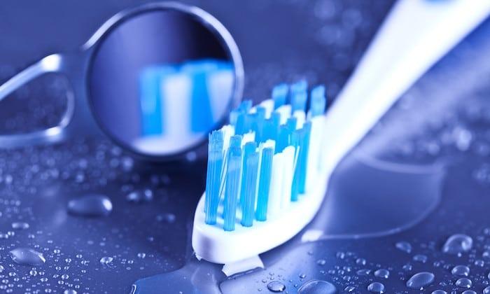 Pred zobno ščetko: Kako stari ljudje vodi svoje ustno higieno?