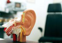 ¿Qué produce un tumor cerca de la oreja?