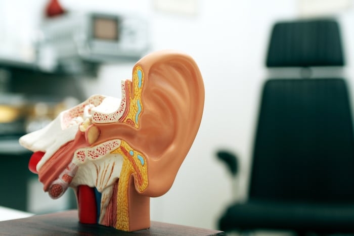 Quelles sont les causes une tumeur près de son oreille?