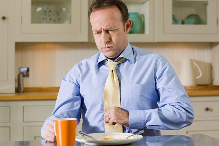 Vzroki za čezmerno burping, sledijo bolečine v prsih