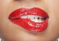 Morderse los labios y las mejillas