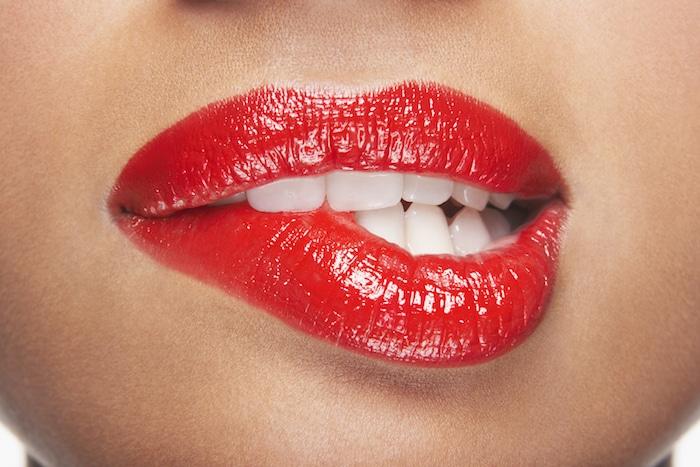 咬嘴唇和面颊