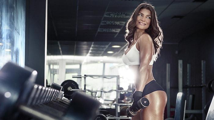 Os benefícios físicos e mentais do treinamento com pesos para todas as mulheres