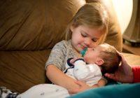 Organisation familiale avec un enfant et un nouveau-né