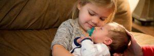 Organização da família com uma criança e um recém nascido