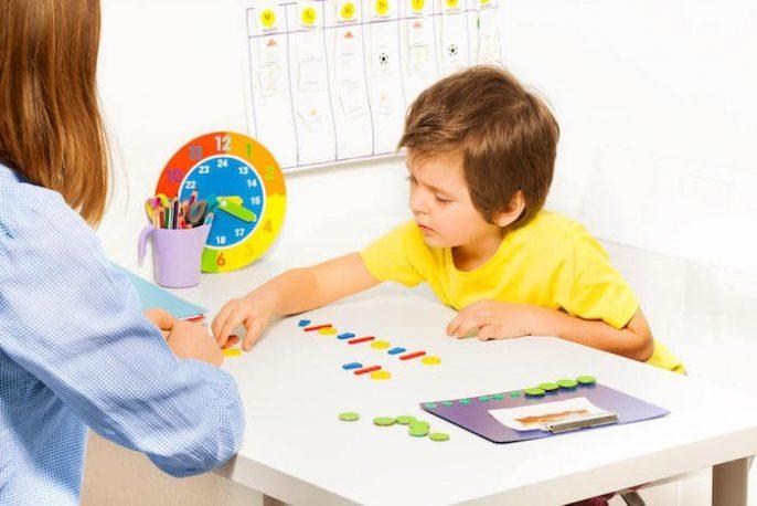 عندما تكون قلقة: التوحد وعلامات التحذير في الطفولة