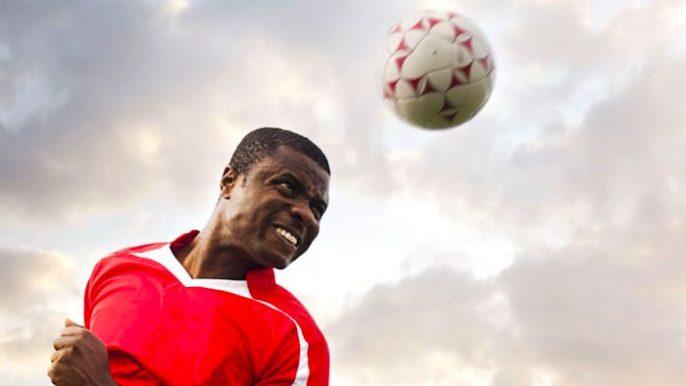 Encabezando un balón de fútbol cambia al instante el cerebro del jugador