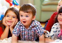 Brincadeira interna com seus filhos: atos simples de jogo podem criar memórias e queimar calorias