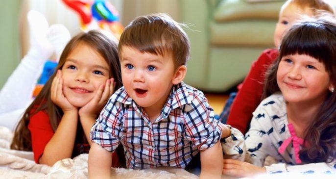 Juego en el interior con tus hijos: actos sencillos de juego pueden crear recuerdos y quemar calorías