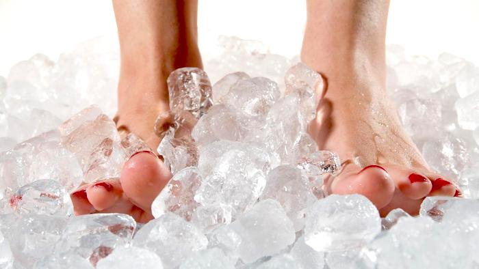 Qué causa una sensación ardiente de los pies y cómo se trata