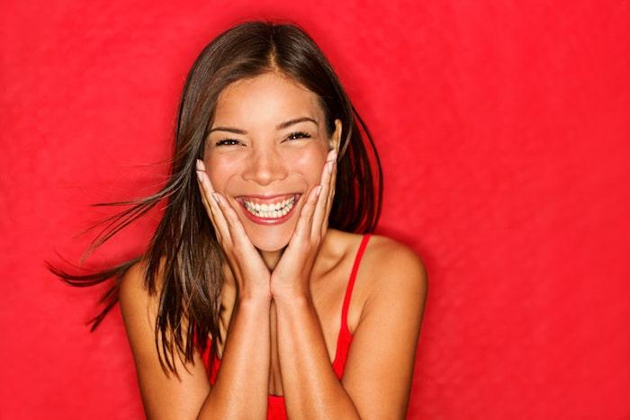 ¿Puede usted controlar los brotes del acné de adulto con dieta?