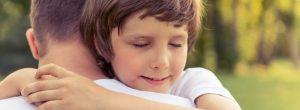 Bater Vs abraçar para o alívio de estresse: o que é melhor para tratar a ansiedade?