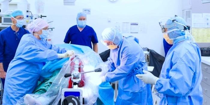 Operacijo zamenjave kolka: tveganja in zapleti