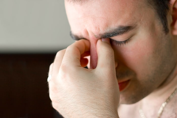 Douleur dans le pont du nez