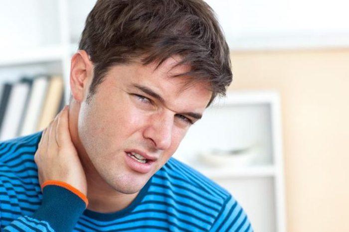 O que causa dores de cabeça acompanhadas de dor no pescoço, fadiga, fraqueza e letargia?