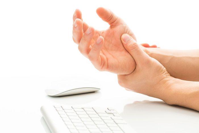 Beziehung von tauben Händen mit Karpaltunnelsyndrom