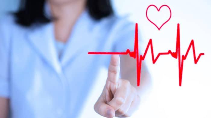Palpitaciones cardíacas normales e irregulares: diferencia entre fibrilación auricular y arritmia