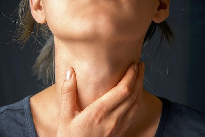 Um nódulo na garganta precisa de um exame de tireóide