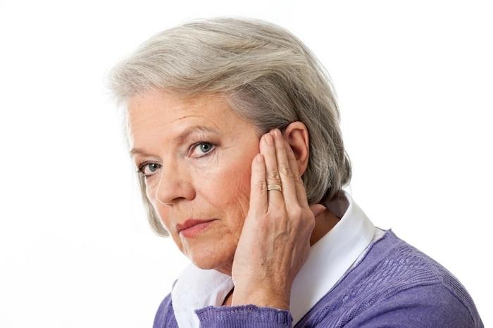 O que causa ruídos persistentes dentro do ouvido?