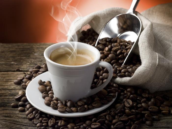 Qu'est-ce que le café décaféiné sain?