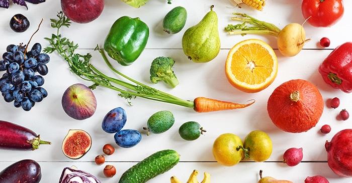 Frühlingsessen: frisches Obst und Gemüse