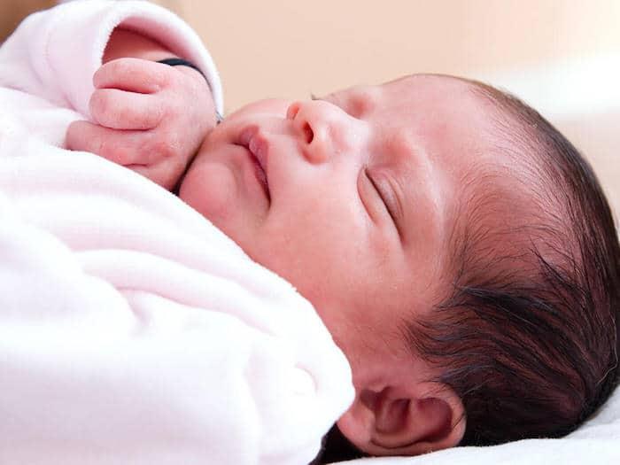 تنظيم وقت التغذية والنوم للأطفال حديثي الولادة