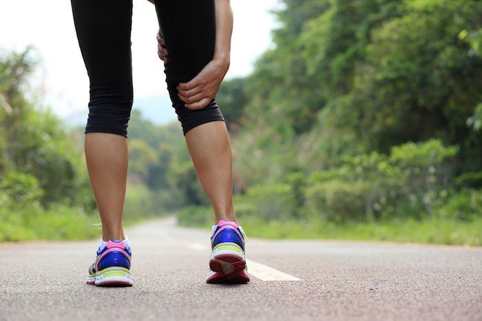 ¿Qué causa entumecimiento en el lado de su rodilla?