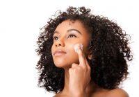 Manteiga de karité para manchas escuras no rosto e clareamento da pele: funciona?