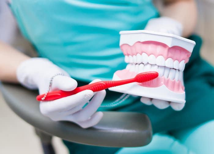 Remplacement permanent des dents sans implant: couronnes et bridges dentaires