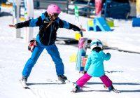 Su hijo usa un casco cuando participa en deportes de invierno