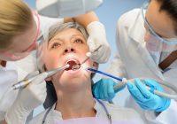 هل بديل الأسنان الدائم مؤلم؟ زراعة الأسنان مقابل التيجان والجسور