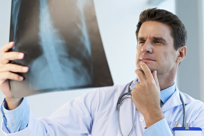 8导致呼吸时肋骨下疼痛