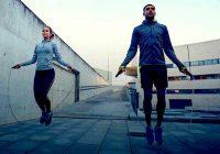 对于操场上的孩子来说,有趣的方式是成人健身工具:通过跳绳减肥