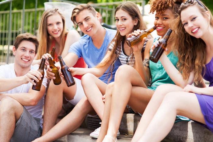Criando a los adolescentes para que se conviertan en bebedores sociales responsables: ¿qué debería enseñar sobre el alcohol?