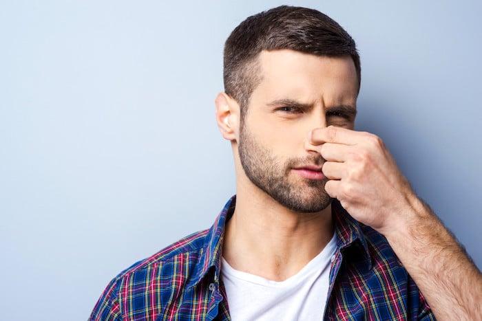 Weißer Urin kann einen schrecklichen Geruch haben