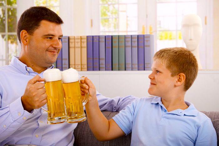 Qué dice la investigación sobre la enseñanza relacionada con el alcoholismo de los padres
