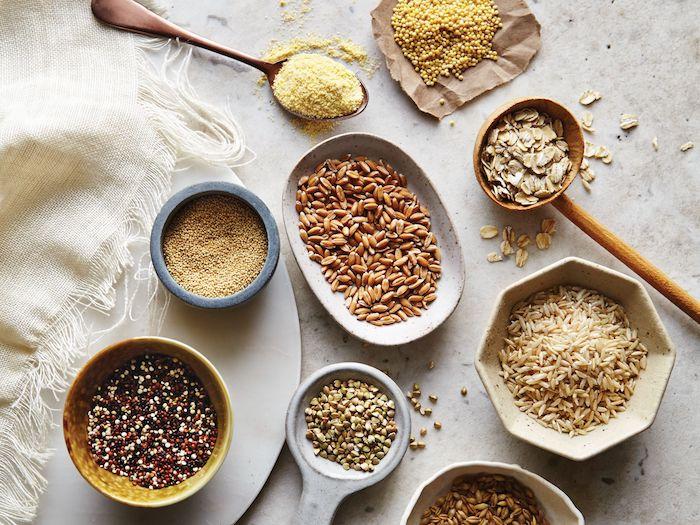 Grãos integrais: aveia, pão integral, flocos de farelo