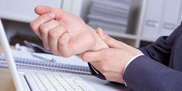 Dolor en el dedo medio: ¿qué podría causarlo?