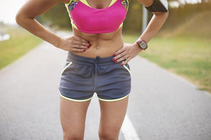 ¿Qué causa los dolores abdominales laterales en corredores y qué puede hacer para prevenirlos?