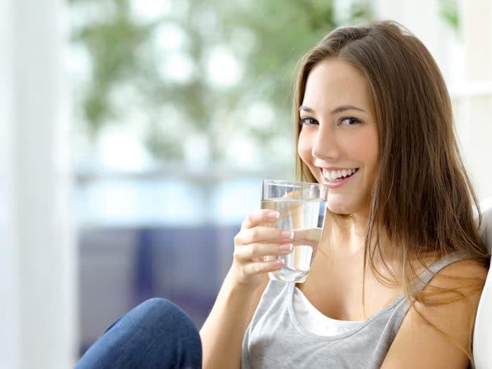 Beber agua para rehidratar puede ayudar a tratar los efectos secundarios leves.