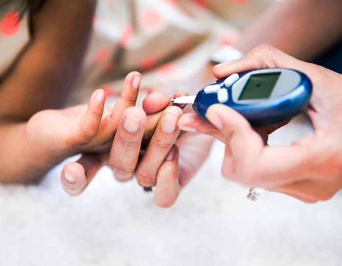 Chez un enfant atteint de diabète de type 2, le corps résiste à l'insuline ou ne peut en produire suffisamment.