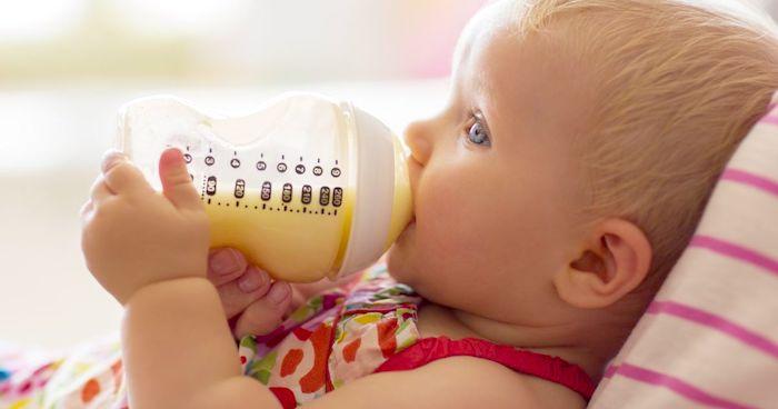 El consumo regular de líquidos puede prevenir la deshidratación en bebés con VSR