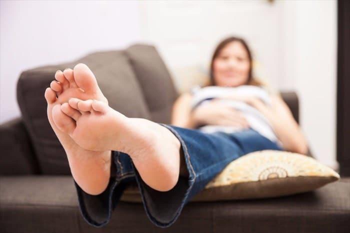 Elevar las piernas cuando está sentado puede reducir el riesgo de desarrollar dermatitis de estasis.